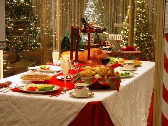 mesa-navidad-llena-de-comida-580