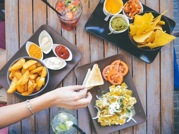 mesa-llena-de-alimentos-pixabay-580-435
