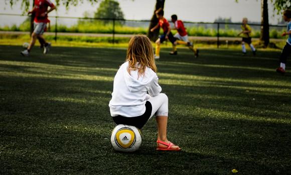 nina-mirando-partido-futbol-tjook-flickr-ccbynd20-580