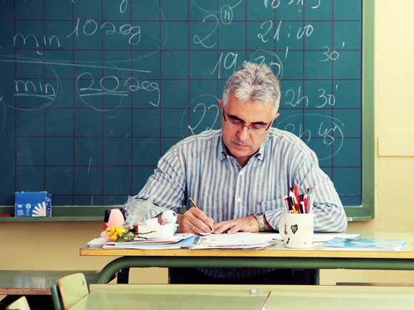 profesor-corrigiendo-examenes-en-aula-juancarlosmejia-flickr-ccbync20-580